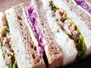 DONQ チキンストノガロフと紫キャベツの冬サンド